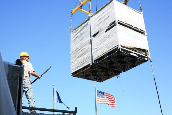Hortech driver teammate guiding a Hoppit to a rooftop